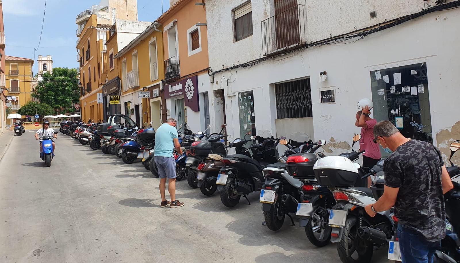 Full motorcycle parking next to the Glorieta