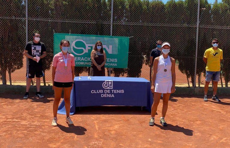 Finalistas femeninas con sus trofeos