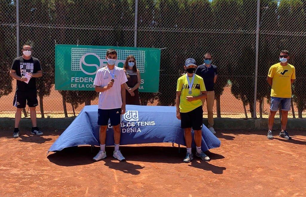 Finalistes masculins avec leurs trophées