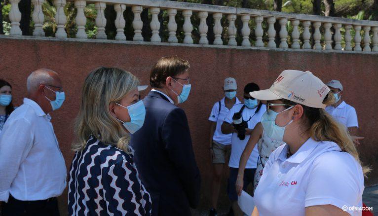 Gabriela Bravo conversa con una informadora
