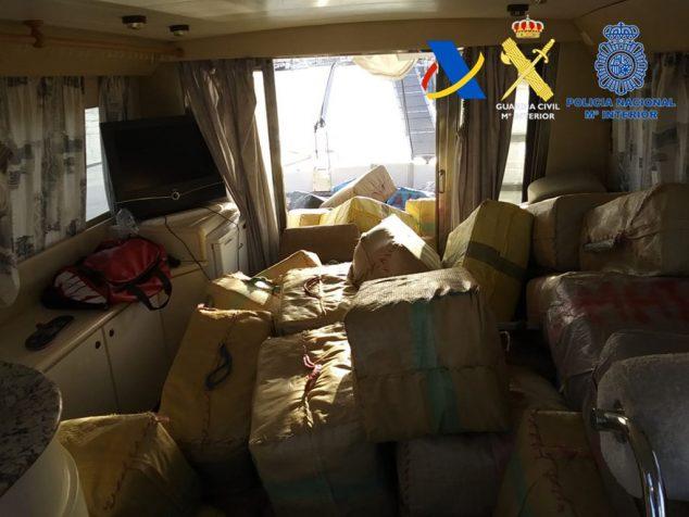 Imagen: Interior de la embarcación lleno de droga