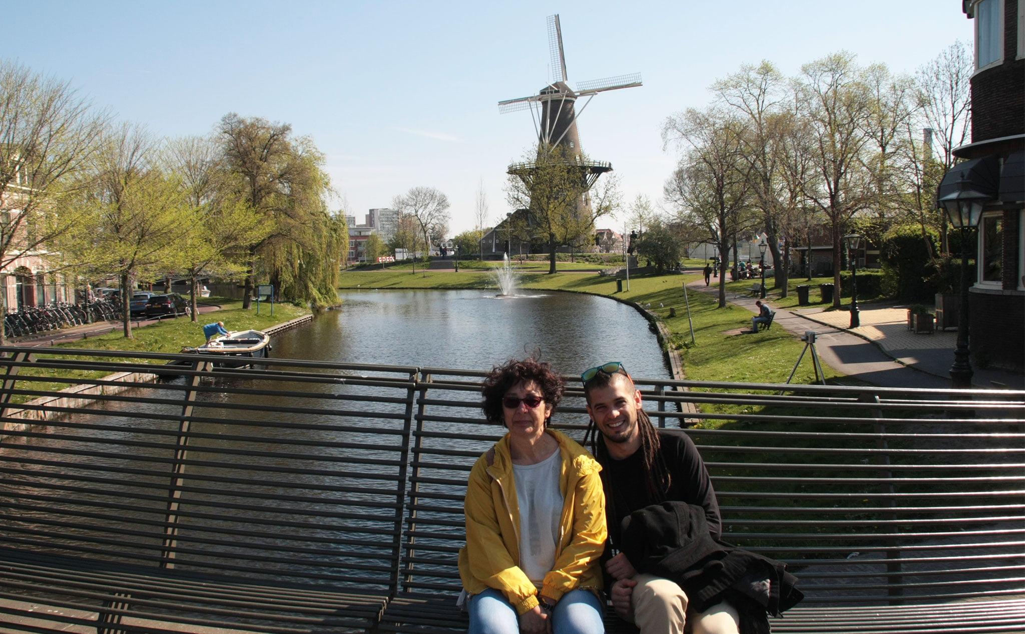 Jaume Pineda haciendo turismo con su madre en Leiden, una pequeña y bonita ciudad cerca de La Haya