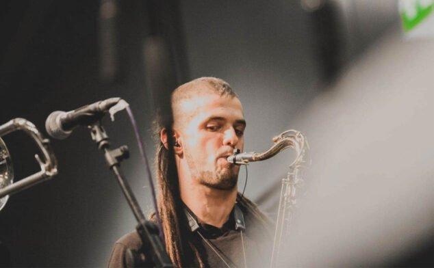 Imagen: Jaume Pineda tocando con la On Time Music, una banda de música latina en el Día Internacional de las Antillas Holandesas