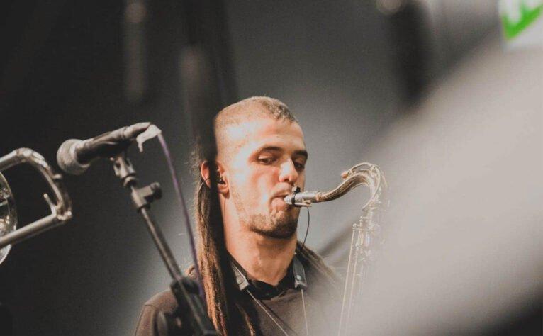Jaume Pineda tocando con la On Time Music, una banda de música latina en el Día Internacional de las Antillas Holandesas