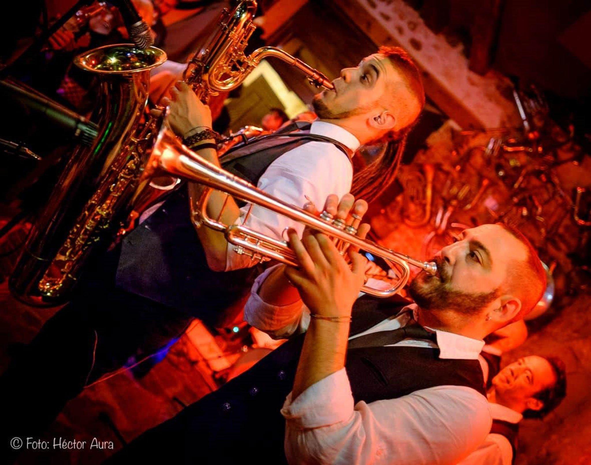 Jaume, a la izquierda de la imagen, tocando con The Soulomonics en un conocido pub de Dénia