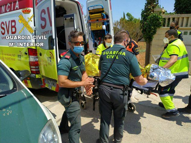 Imagen: La Guardia Civil traslada en ambulancia al octogeniario