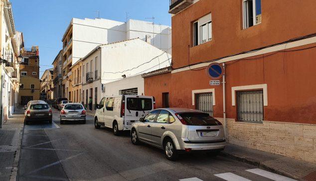 Imagen: Los vehículos mal estacionados impiden la circulación