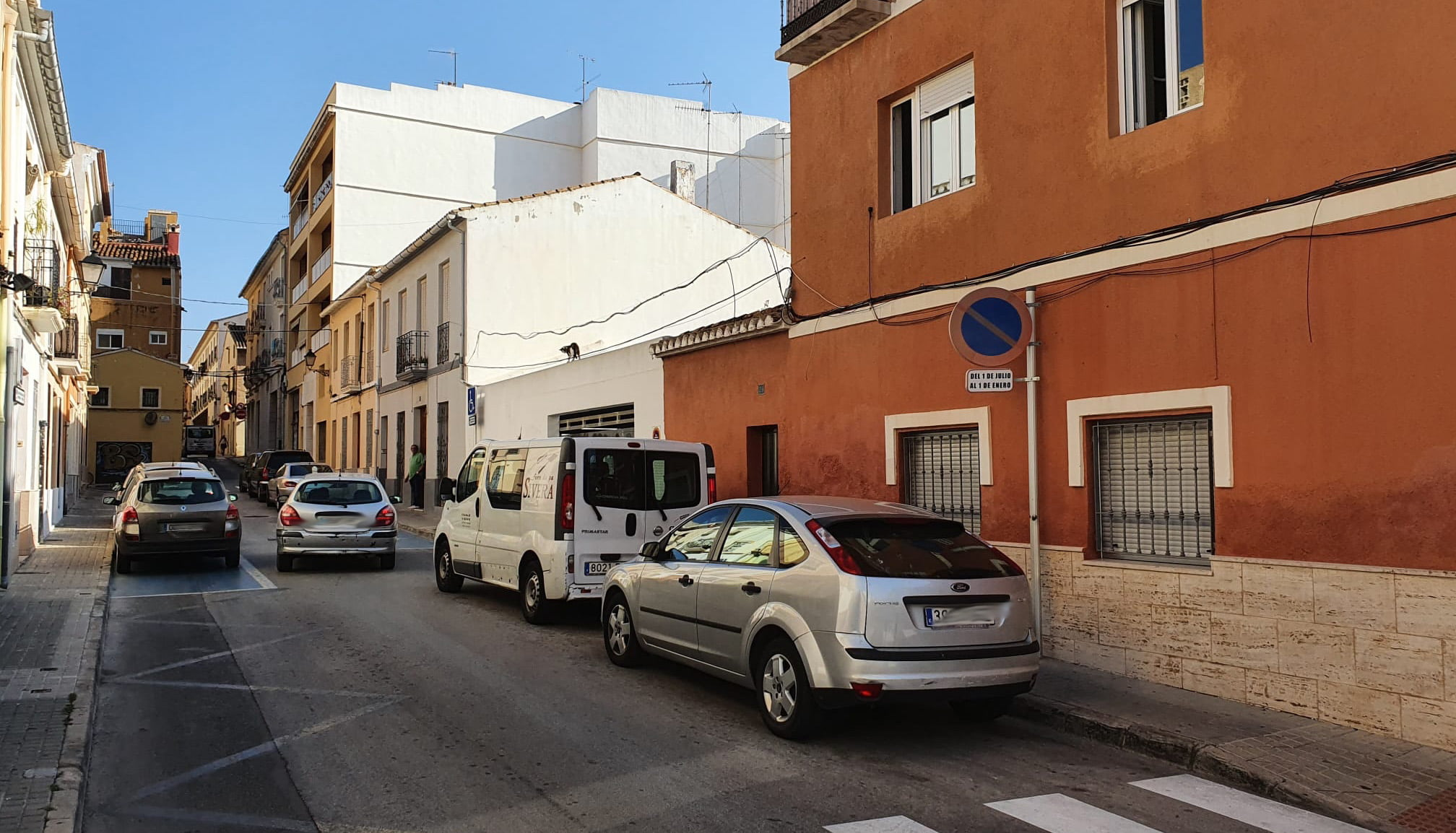 Los vehículos mal estacionados impiden la circulación