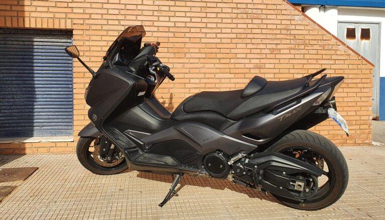 Motocicleta estacionada en una acera de Dénia
