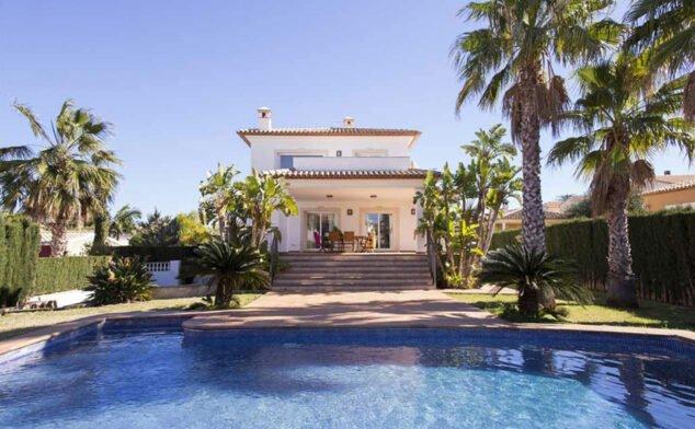 Imagen: Villa con piscina en alquiler con Deniasol