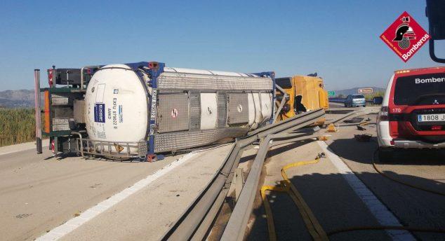 Imagen: Vuelca un camión de gasóleo en Dénia