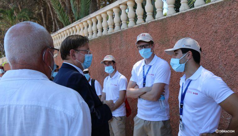 Ximo Puig y Vicent Grimalt junto a varios informadores