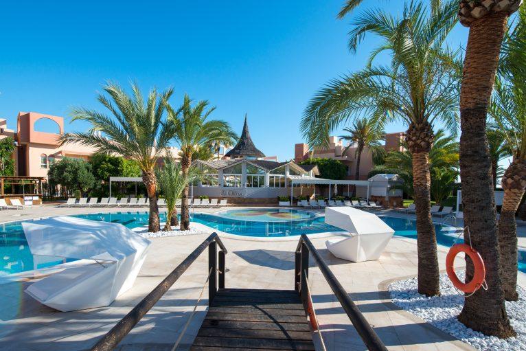 Zona exterior con piscina en Oliva Nova