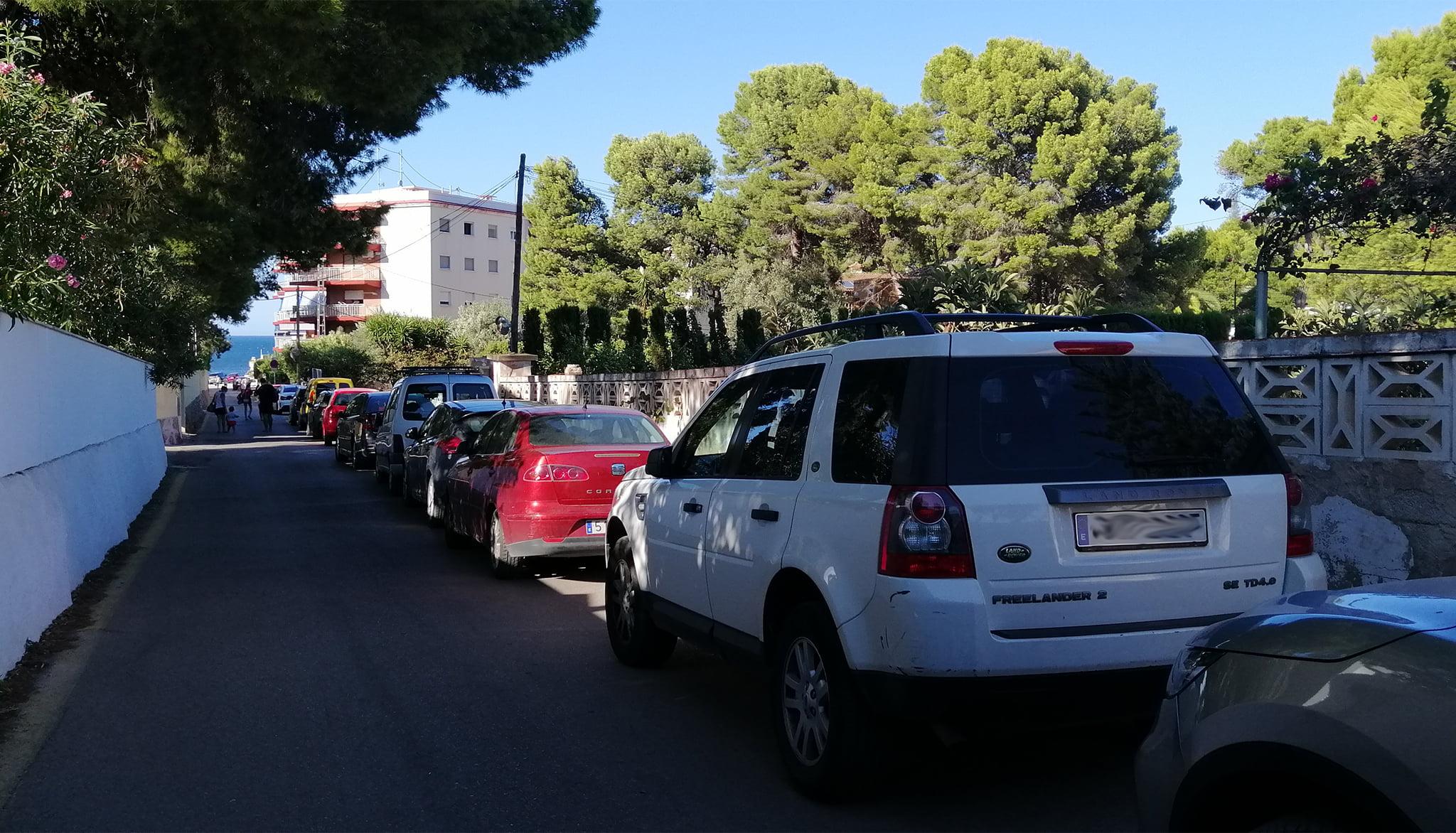 Acceso a El Trampolí masificado de vehículos
