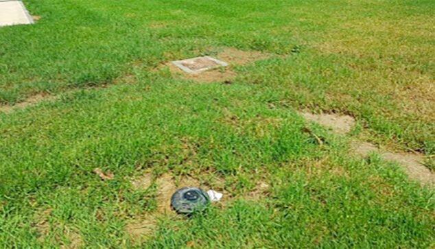 Imagen: Arqueta de cemento y aspersores dentro de la zona de juego
