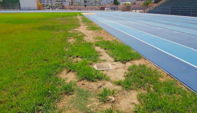 Imagen: Arquetas de cemento con tapas de metal junto al campo de rugby