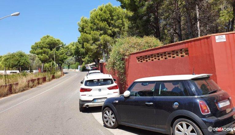 Coches aparcados en la carretera Les Rotes