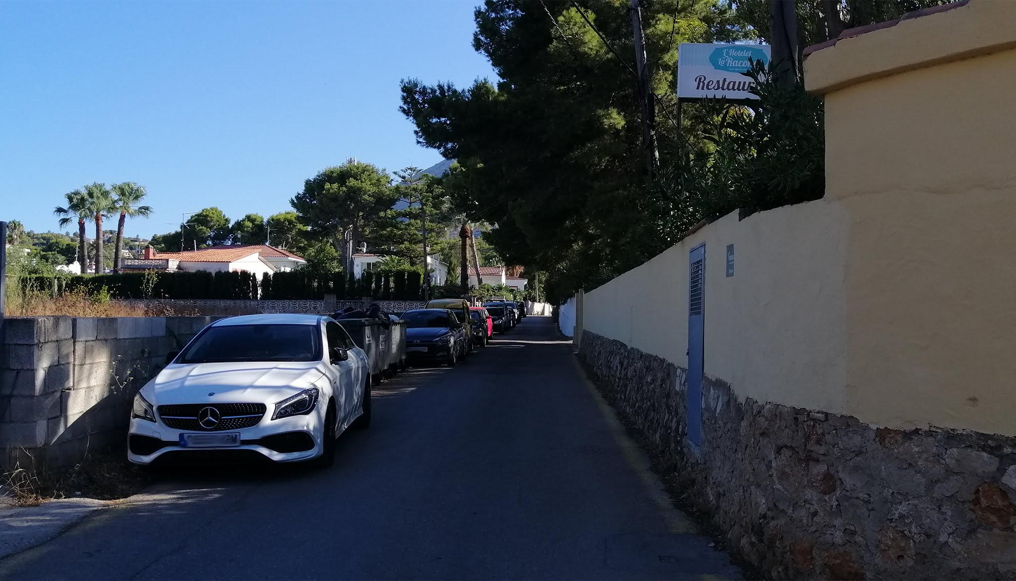 Cola de coches estacionados en camí Ample