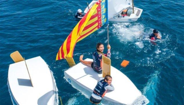Изображение: Эдуардо Рейес празднует свою медаль