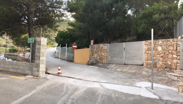 Imagen: Instalación paralizada de la puerta corredera en Les Rotes