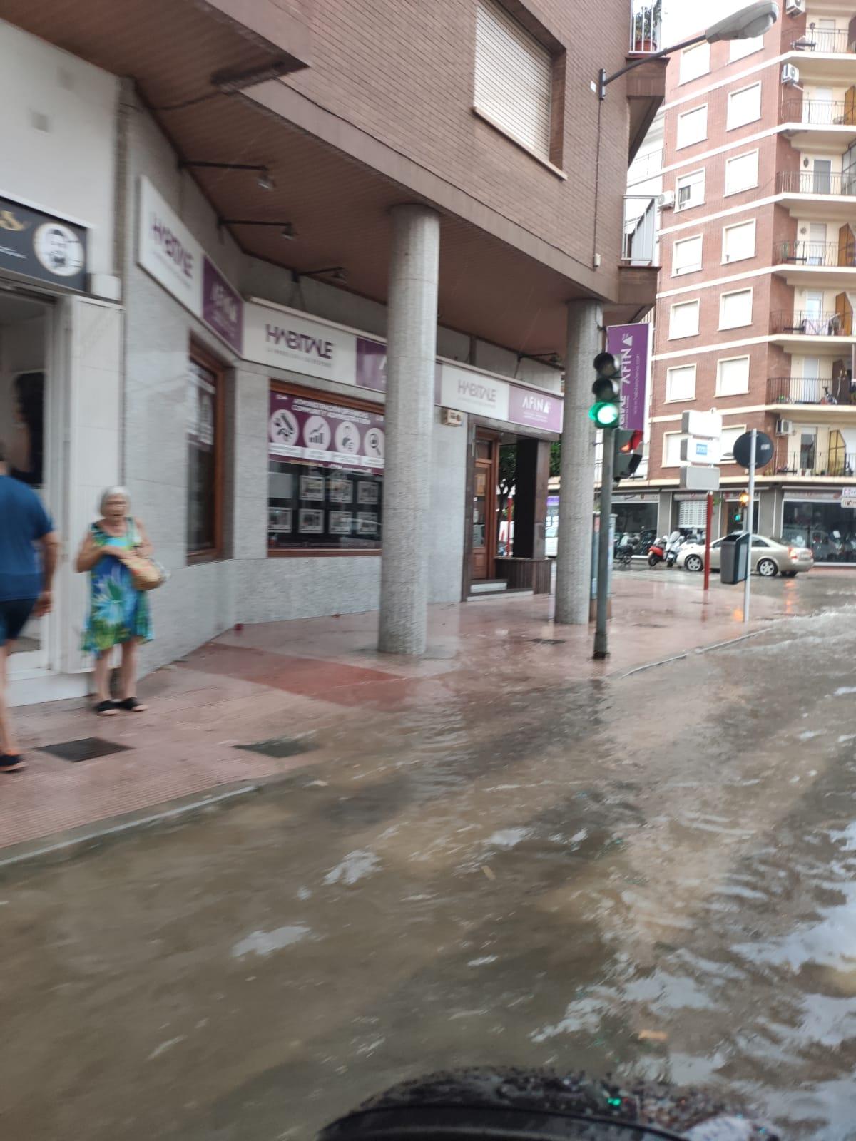 La fuerte lluvia llena de agua las calles de Dénia