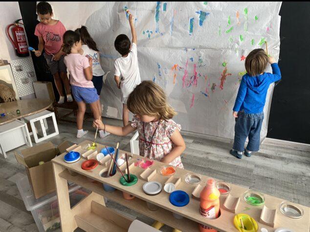 Imagen: Niños con pintura mural Escolanova