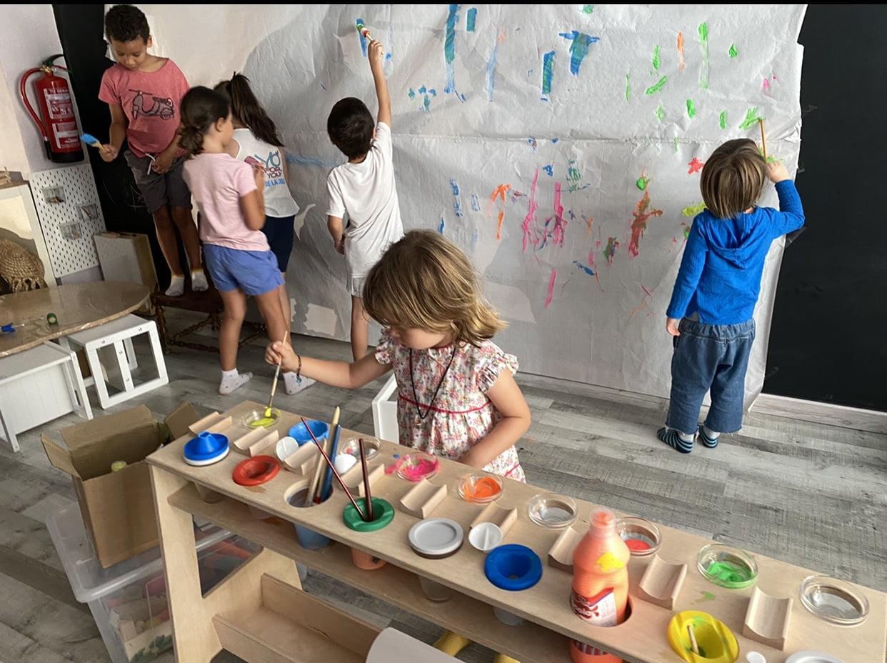 Niños con pintura mural Escolanova