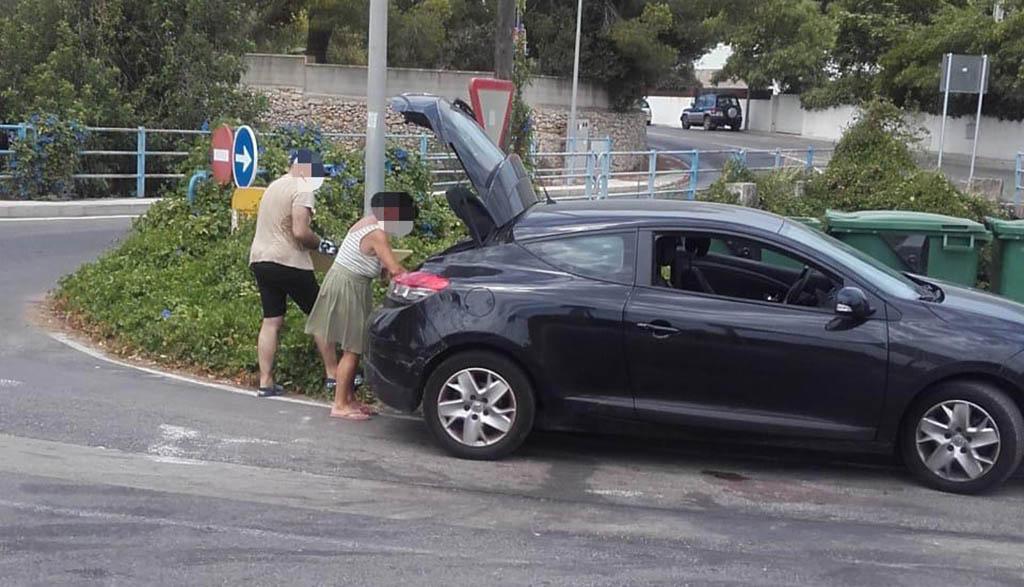Personas captadas tirando basura a un barranco