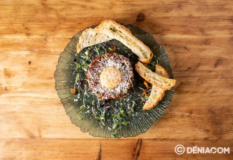 Plato con panes y queso - La Mar de Chula