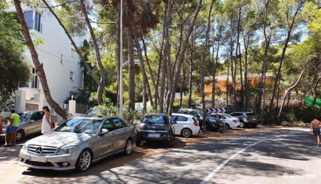 Imagen: Vehículos mal estacionados al final de Les Rotes