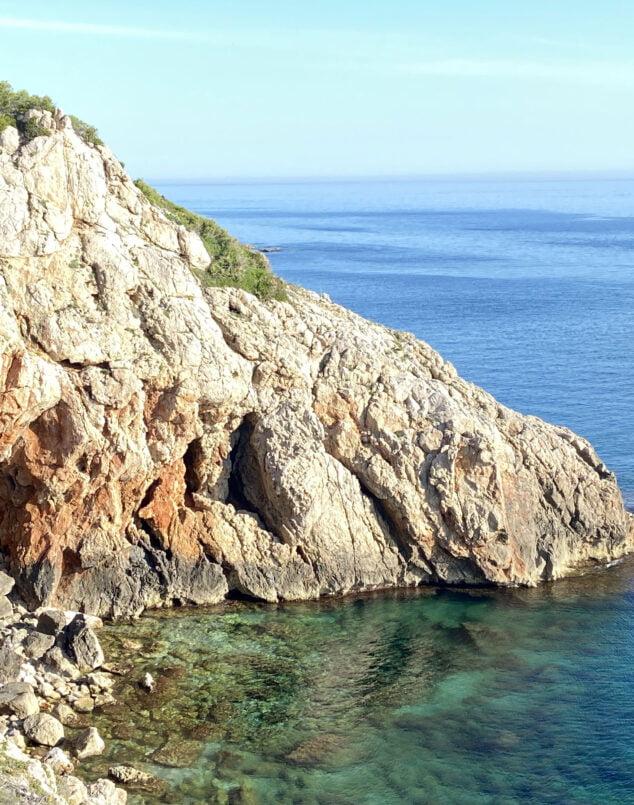 Imagen: Cala alrededor de la Cova Tallada