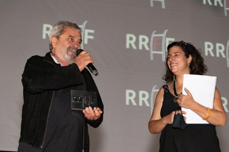 Carles Miralles luce su estatuilla tras el homenaje recibido por el Riurau Film Festival 2020 | Jordi Dominguis
