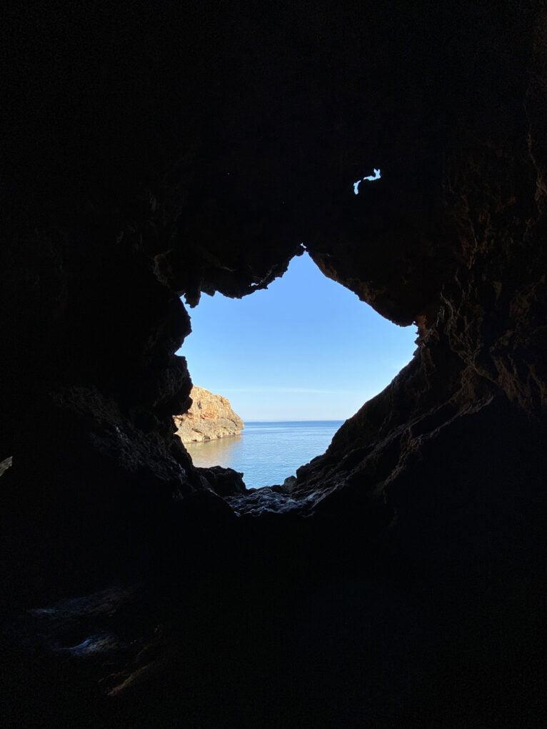 Imagen a contraluz desde el interior de la Cova Tallada
