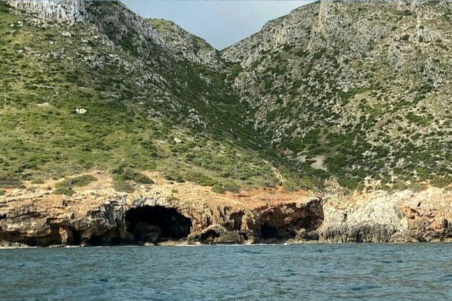 Imagen: Vista de la Cova Tallada desde el mar