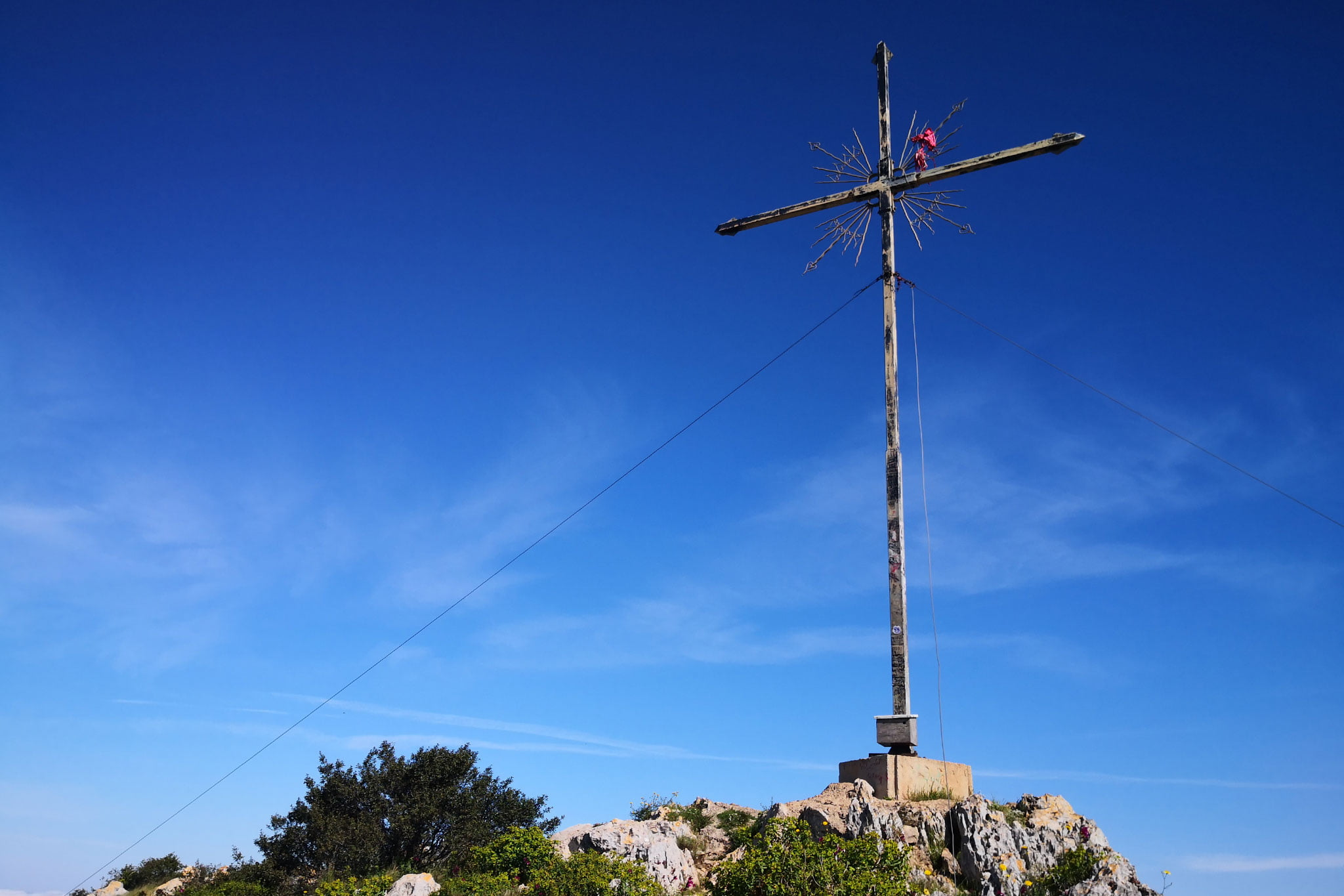 La Creueta del Montgó en el pedestal y sostenida por cables