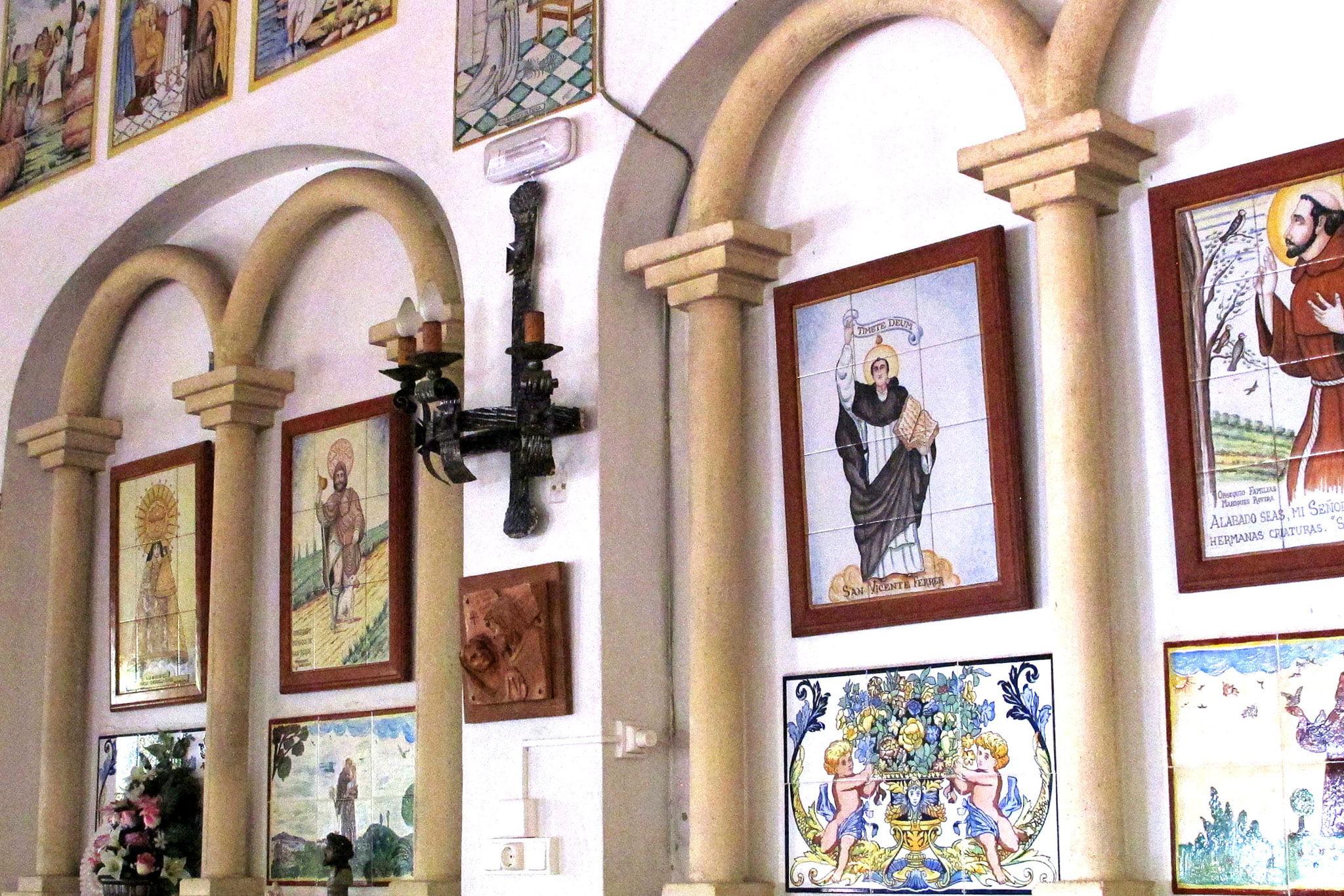 Detalle del interior de la ermita del Pare Pere | Imagen: Tino Calvo