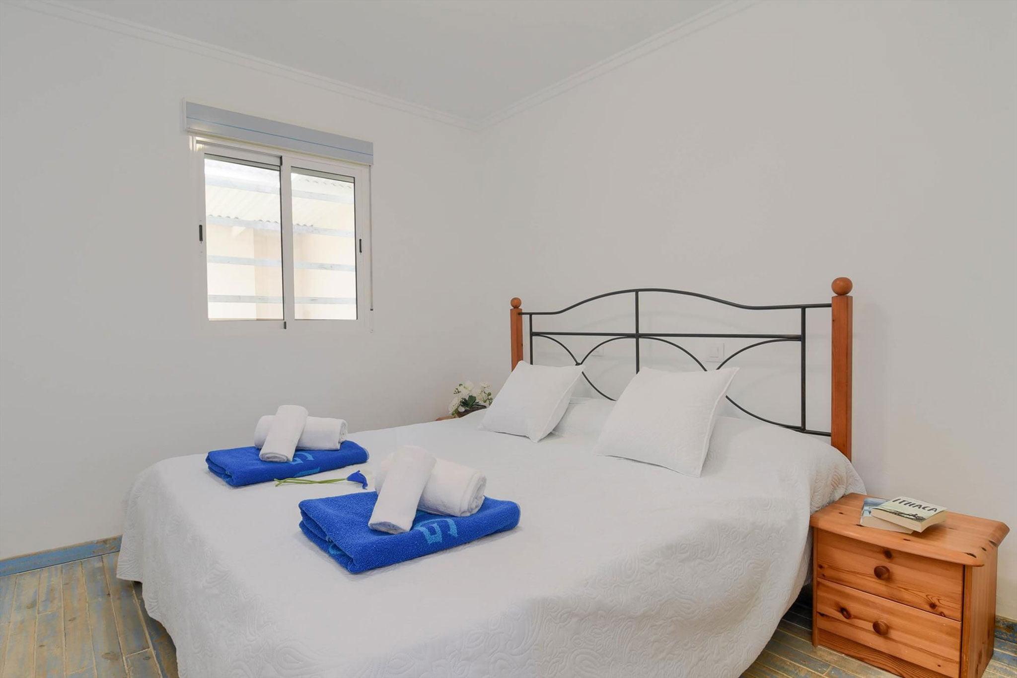 Dormitorio principal de una casa de alquiler en Dénia – Aguila Rent a Villa