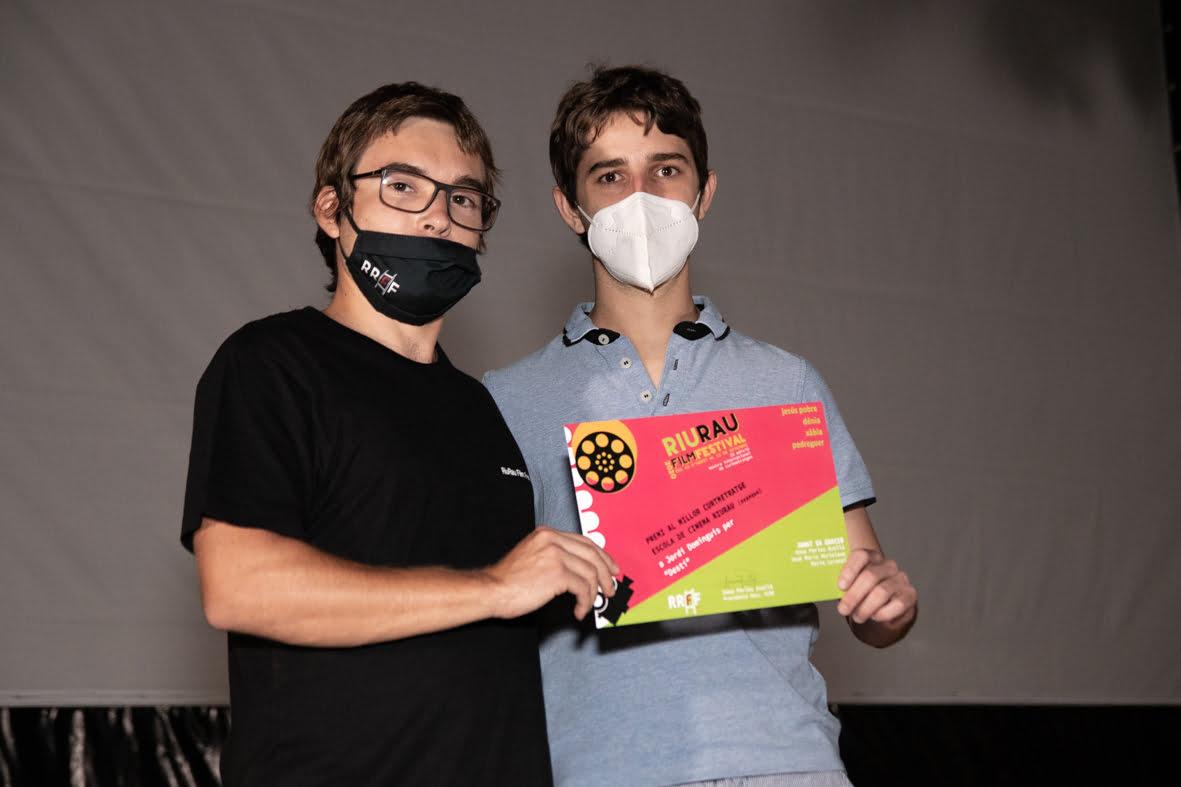 El ganador absoluto de la Maratón Riurau Express y mejor cortometraje de la Escola de Cinema Riurau (exaequo), Jordi Dominguis (a la Izquierda) con uno de sus actores | Jordi Dominguis