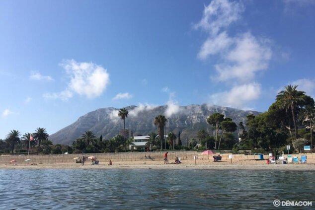 Bild: Der Montgó vom Strand Marienta Cassiana in Dénia aus gesehen