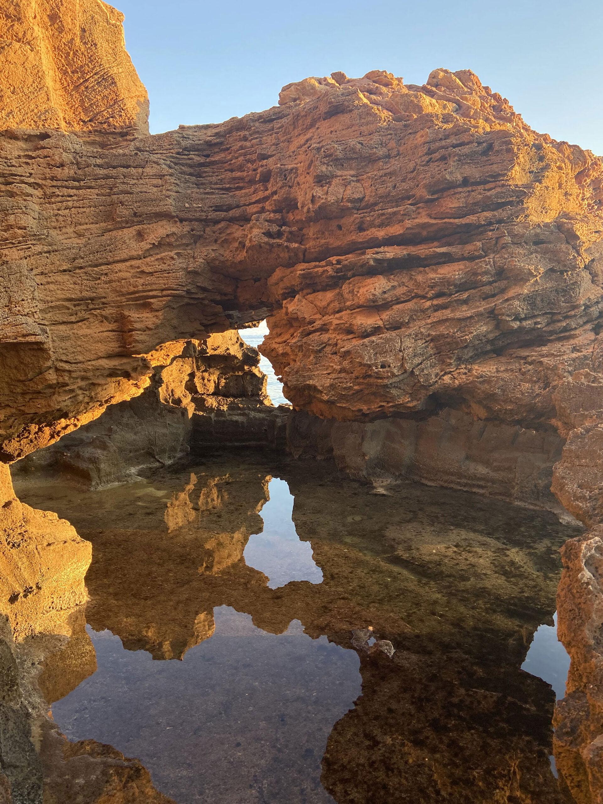 Formaciones rocosas con piscinas naturales en la Cova Tallada