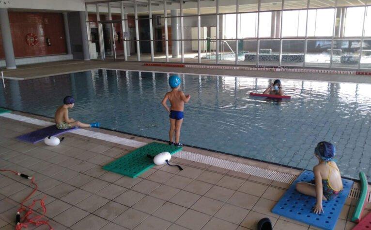 Grupos reducidos en los cursos de natación de Centro Deportivo Dénia