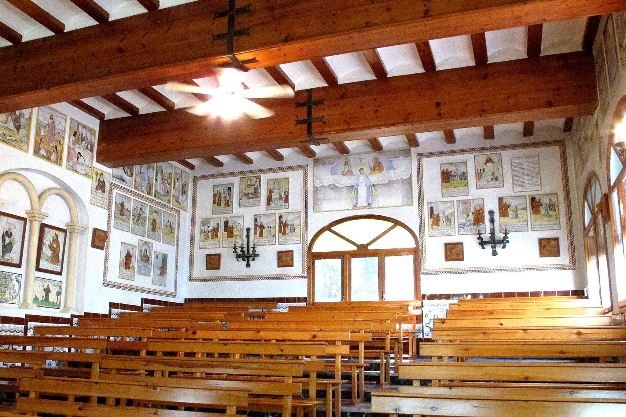Interior de la ermita del Pare Pere | Imagen: Tino Calvo