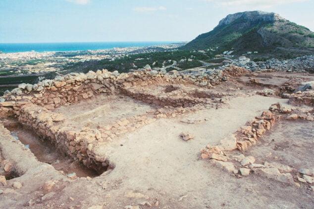 Bild: Iberische Stätte von l'Alt de Benimaquia mit dem Gipfel des Montgó im Hintergrund