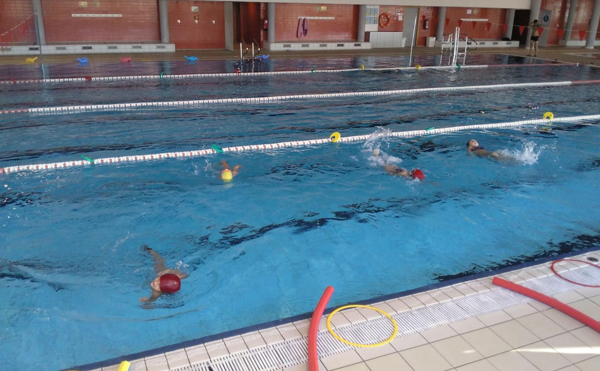 Medidas de seguridad dentro del agua en los cursos de natación de Centro Deportivo Dénia
