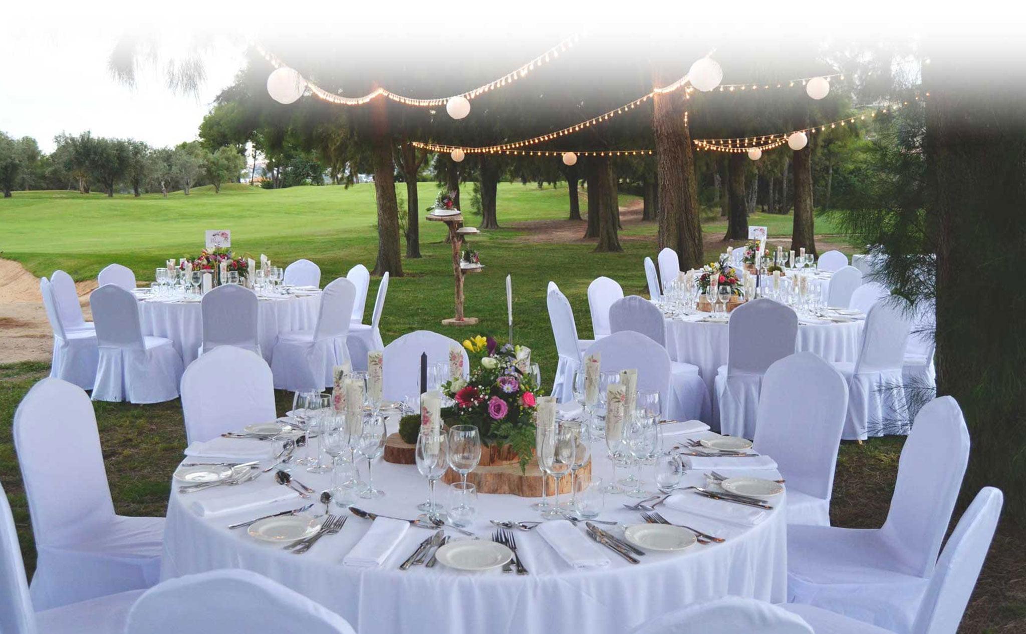 Mesas para el banquete decoradas y preparadas –  Hotel Dénia Marriott La Sella Golf Resort & Spa