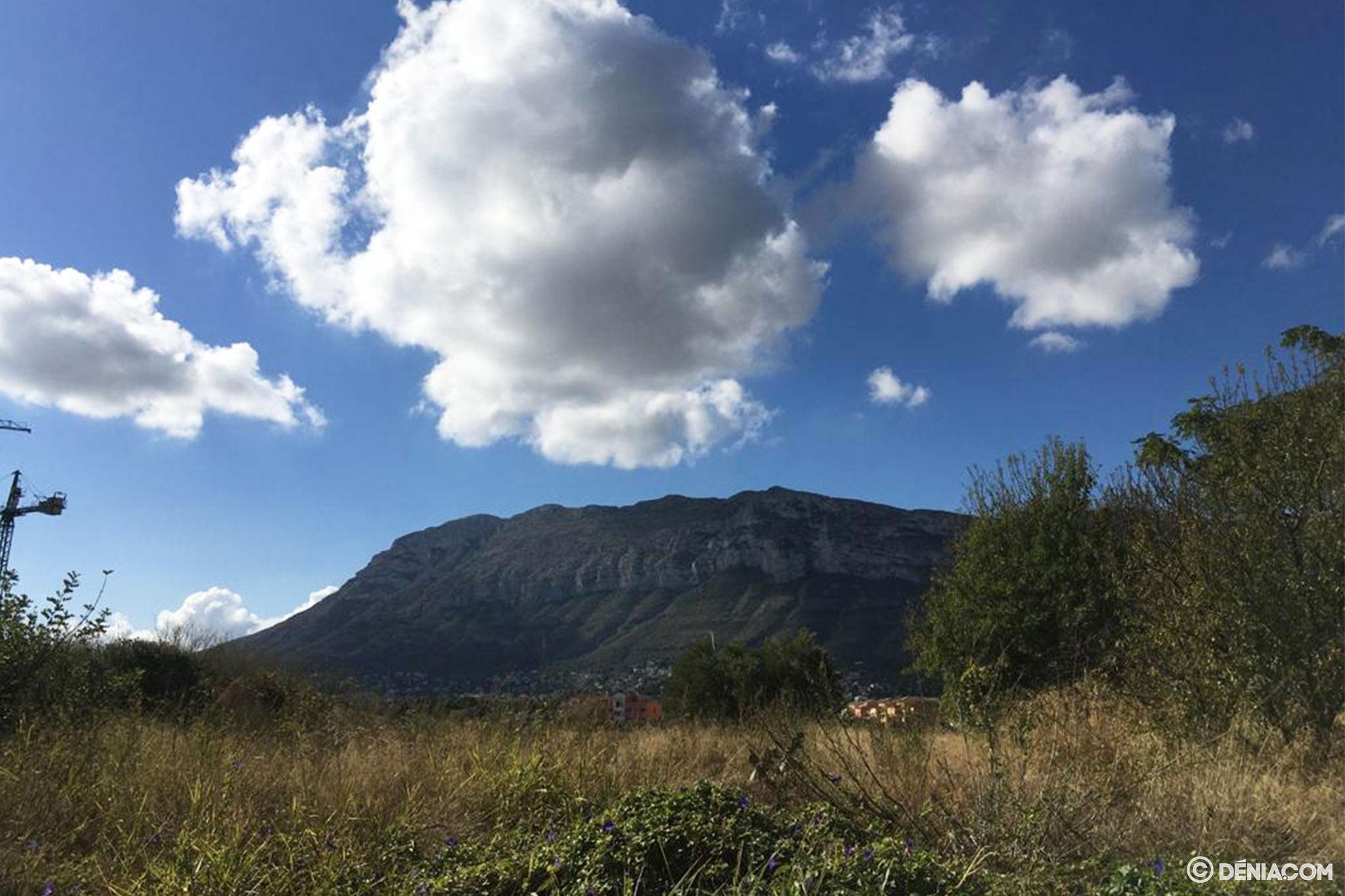 Nubes sobre el Montgó, en su cara dianense