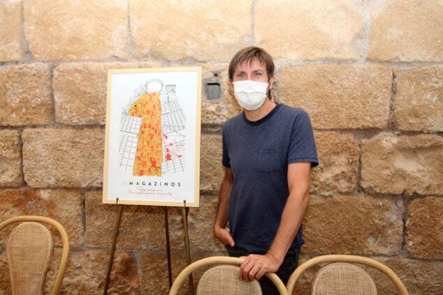 Afbeelding: Paco Roca naast de Els Magazinos jubileumaffiche | Tino Calvo