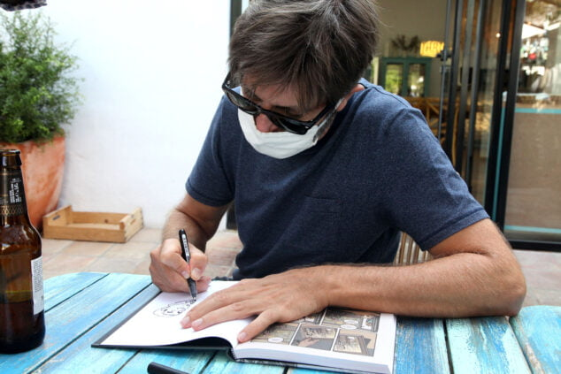 Image: Paco Roca, Eisner 2020 award, signing one of his works in Els Magazinos | Tino Calvo