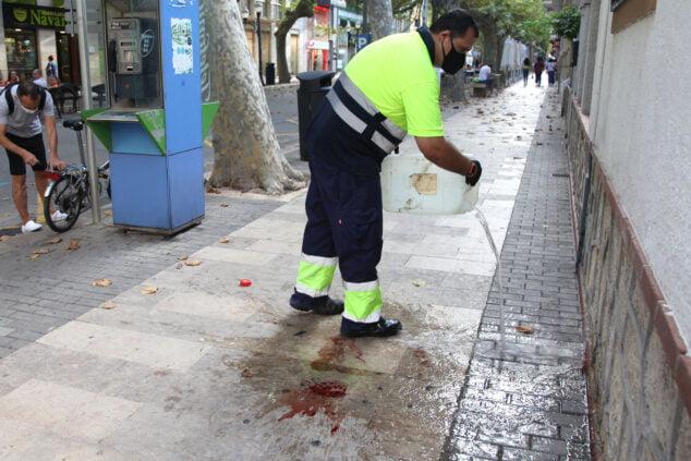 Afbeelding: Schoonmaakpersoneel zuivert bloed van straat