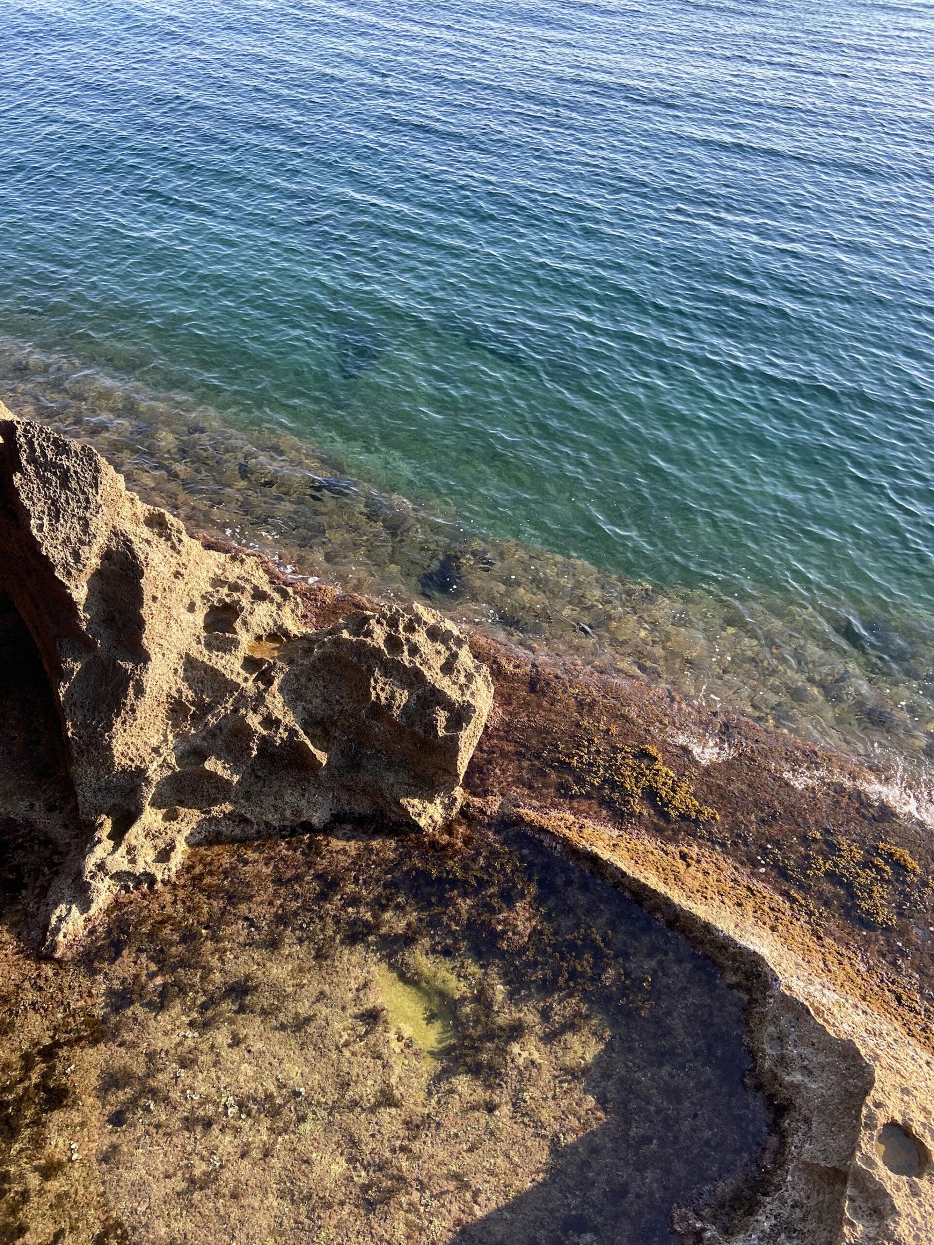 Piscina natural vista desde un saliente de la Cova Tallada